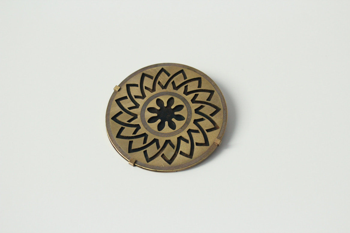 Brooch with an Indian ornament etched into it. From the diploma work by Tobias Gutlederer.